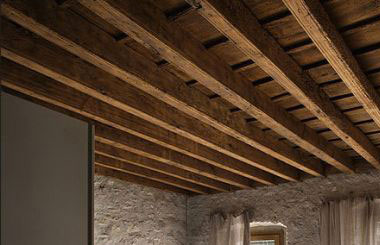 tetto-in-legno-con-travi-legnami-maletta